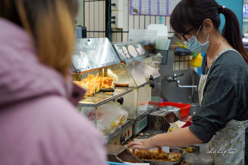 三重上海蛋餅豆漿大王:現桿的千層酥脆蛋餅!煎到外皮酥脆分離、滿滿蔥蛋綿密蛋香超美味!人氣排隊早餐
