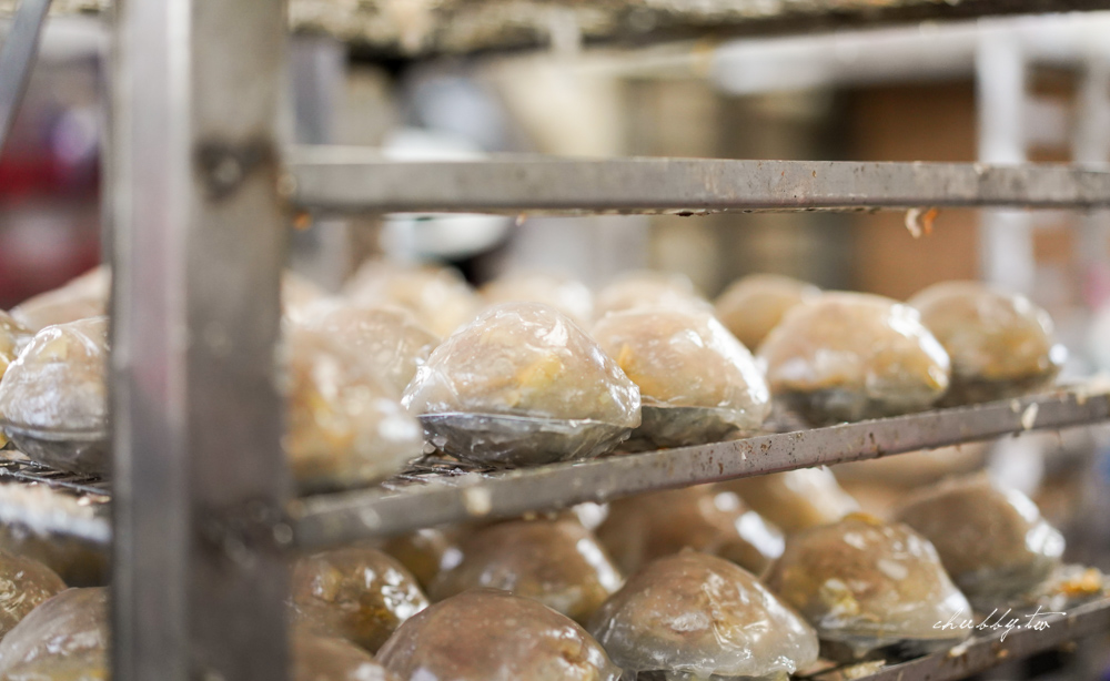 板橋好客肉圓,肉圓裡頭的肉塊混合了芋頭,蒸透的鬆軟芋頭配上肉塊的緊實彈性,外皮Q又彈,搭上無敵甜辣醬超好吃