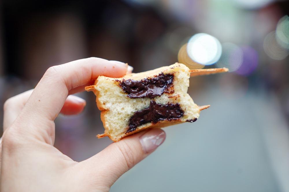 新莊廟街動物雞蛋糕,一個雞蛋糕不到3元,復古梅花形狀,還有蔥花、巧克力口味!