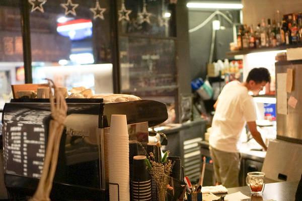 六張犁美食│隱藏版特製漢堡必點!近通化夜市的漢堡店│Take Out Burger&Cafe美式餐廳